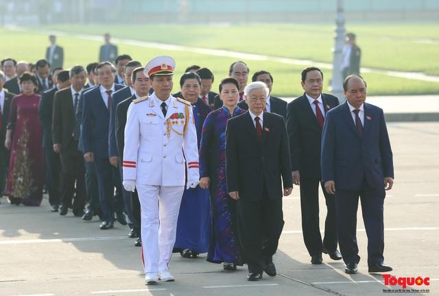 Đoàn đại biểu Quốc hội đặt vòng hoa, vào Lăng viếng Chủ tịch Hồ Chí Minh - Ảnh 5.