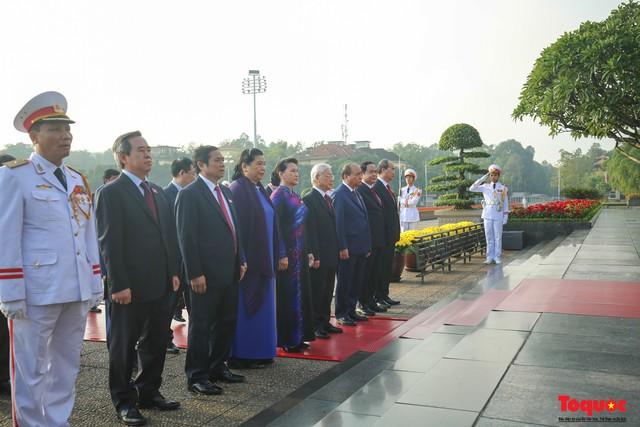 Đoàn đại biểu Quốc hội đặt vòng hoa, vào Lăng viếng Chủ tịch Hồ Chí Minh - Ảnh 6.