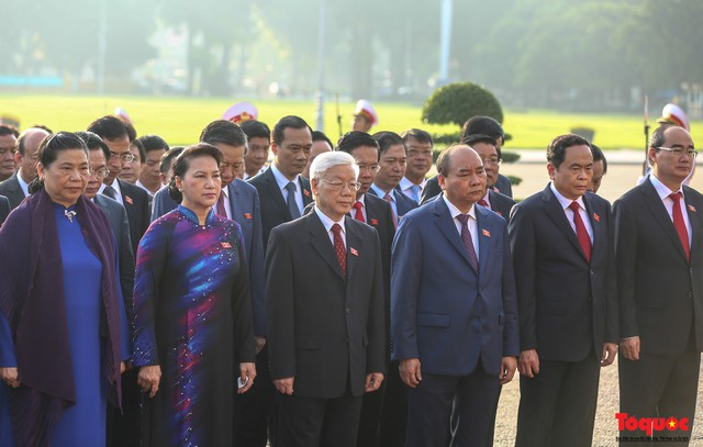 Đoàn đại biểu Quốc hội đặt vòng hoa, vào Lăng viếng Chủ tịch Hồ Chí Minh - Ảnh 7.