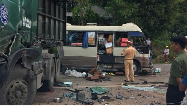 Xe đầu kéo lấn làn, tông vào đầu xe khách, khiến 10 người thương vong - Ảnh 1.