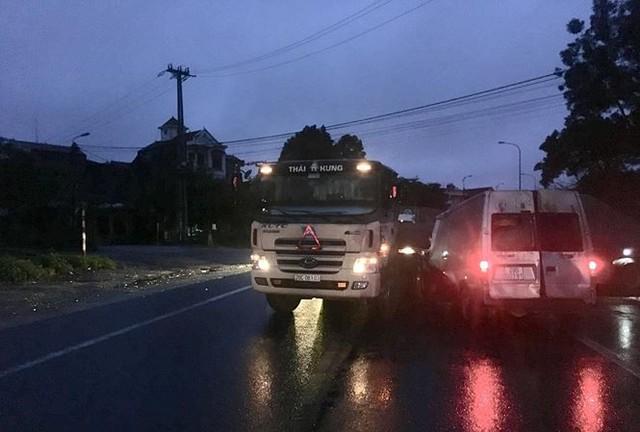 Tai nạn giao thông giữa xe khách và xe đầu kéo khiến 2 người thương vong - Ảnh 1.