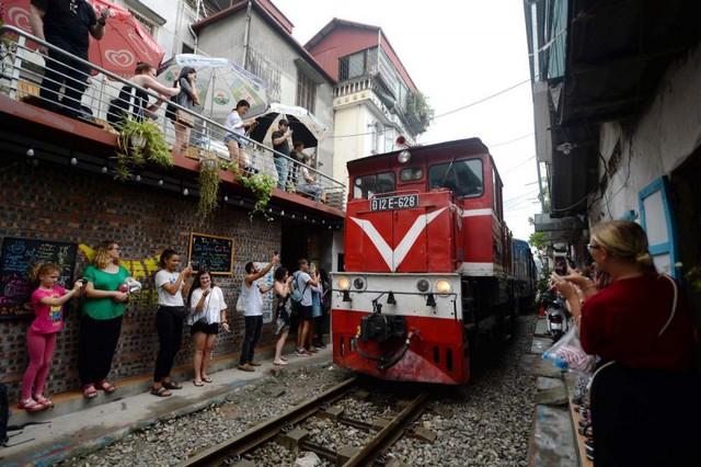 Điểm nóng tự sướng ở các tuyến đường ray Hà Nội: Quá nguy hiểm - Ảnh 5.
