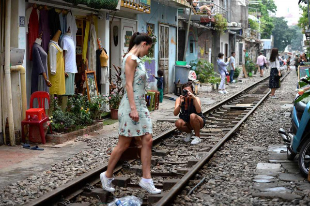 Điểm nóng tự sướng ở các tuyến đường ray Hà Nội: Quá nguy hiểm - Ảnh 4.