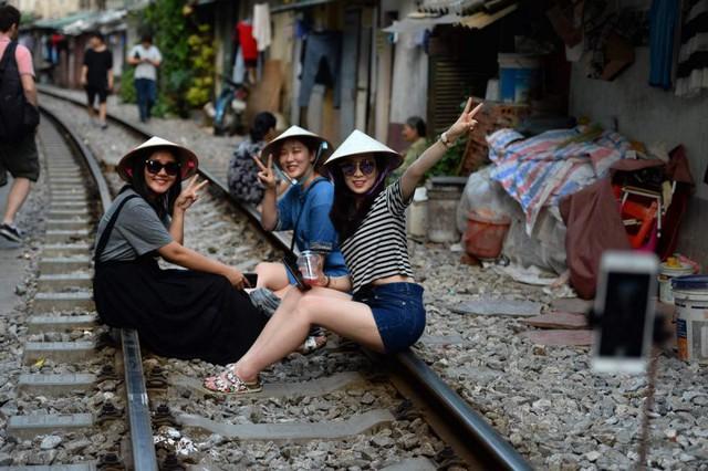 Điểm nóng tự sướng ở các tuyến đường ray Hà Nội: Quá nguy hiểm - Ảnh 2.