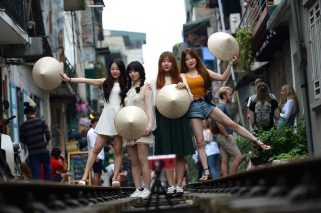 Điểm nóng tự sướng ở các tuyến đường ray Hà Nội: Quá nguy hiểm - Ảnh 1.