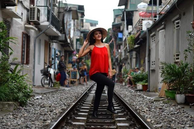 Điểm nóng tự sướng ở các tuyến đường ray Hà Nội: Quá nguy hiểm - Ảnh 3.