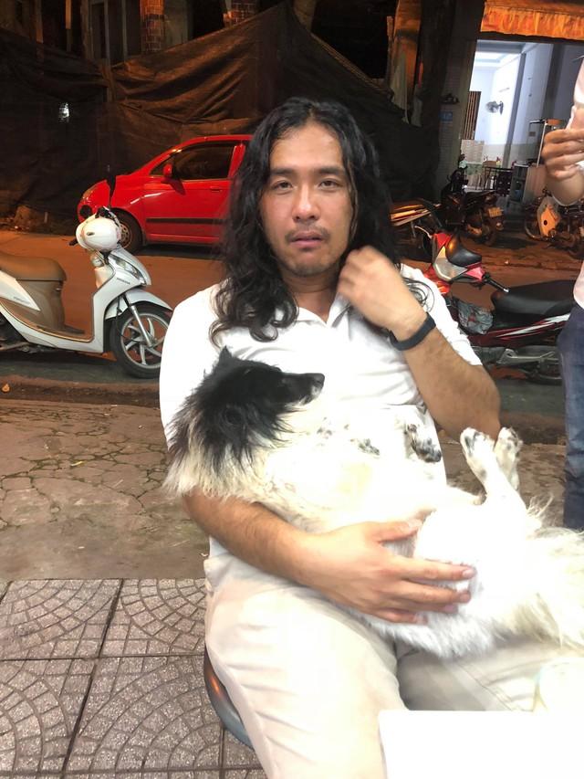 Du khách Trung Quốc bật khóc khi được giúp đỡ tìm lại thú cưng thất lạc - Ảnh 1.