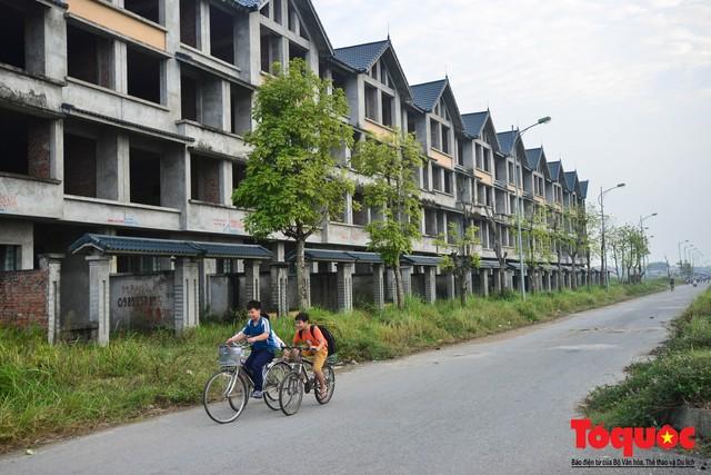 Sau nhiều năm bỏ hoang, khu đô thị ngàn tỷ đã có ngôi nhà được hoàn thiện - Ảnh 2.