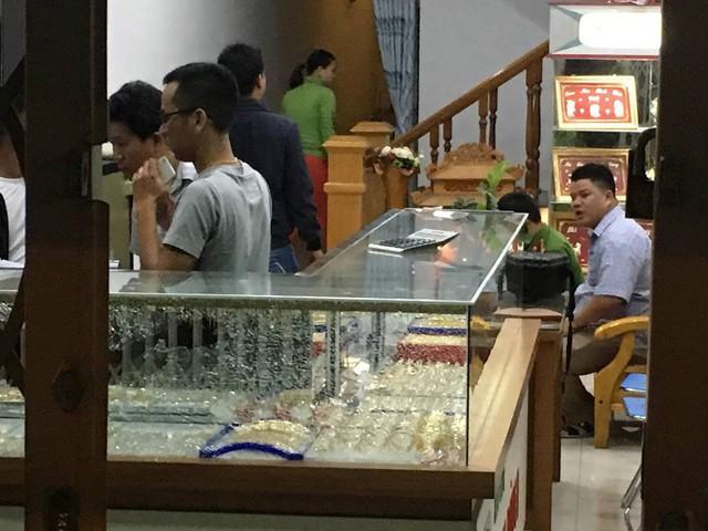 Nam thanh niên bịt khẩu trang vào tiệm vàng vờ hỏi mua rồi cầm búa đập bể tủ kính cướp vàng - Ảnh 2.