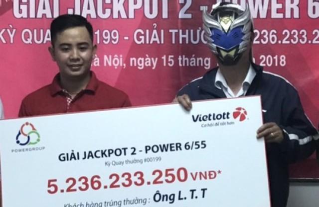 """Một khách hàng Hà Nội sung sướng """"ôm"""" 5,2 tỷ đồng lĩnh thưởng từ Vietlott  - Ảnh 1."""