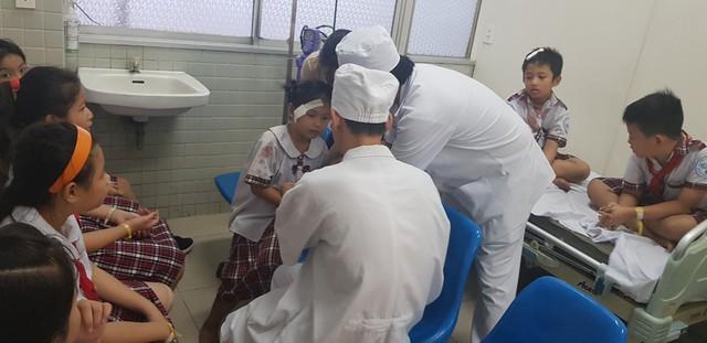 Vụ sập giàn giáo ngày 20/11: trong 25 học sinh nhập viện cấp cứu có 2 em chấn thương sọ não phải phẫu thuật - Ảnh 1.
