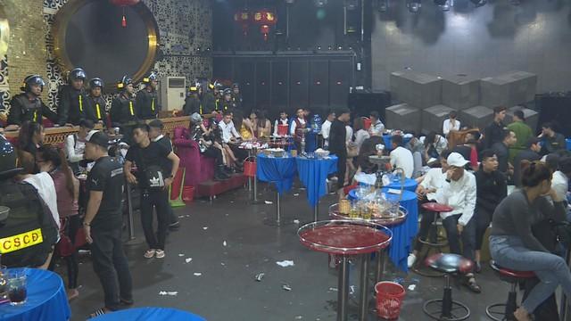 Đột kích 2 quán bar ở Đắk Lắk lúc rạng sáng, phát hiện hàng chục thanh niên nam nữ phê ma túy nhảy múa điên loạn - Ảnh 1.