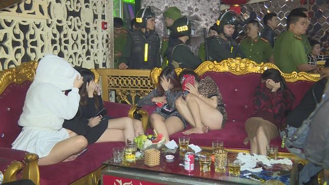Đột kích 2 quán bar ở Đắk Lắk lúc rạng sáng, phát hiện hàng chục thanh niên nam nữ phê ma túy nhảy múa điên loạn - Ảnh 2.