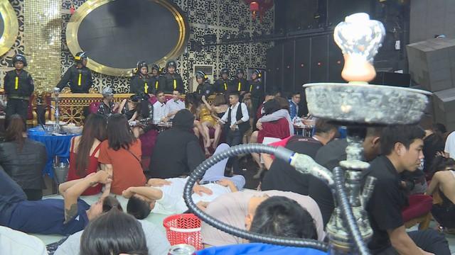 Đột kích 2 quán bar ở Đắk Lắk lúc rạng sáng, phát hiện hàng chục thanh niên nam nữ phê ma túy nhảy múa điên loạn - Ảnh 4.