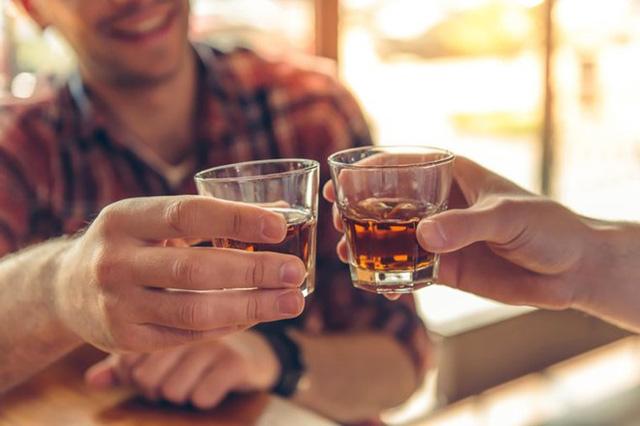 Vì sao hay bị nghẹt mũi khi uống rượu bia? - Ảnh 1.