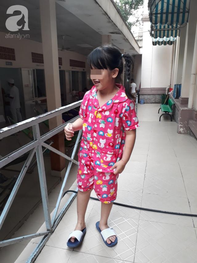 Cắn bút khi ngồi trong lớp, bé gái 7 tuổi ở TP.HCM suýt chết vì nuốt ruột bút chì vào phổi - Ảnh 3.