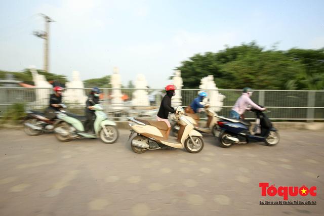 Né tắc đường, người dân Thủ đô không ngại tập thể dục buổi sáng bằng cách dắt xe máy hàng trăm mét - Ảnh 13.
