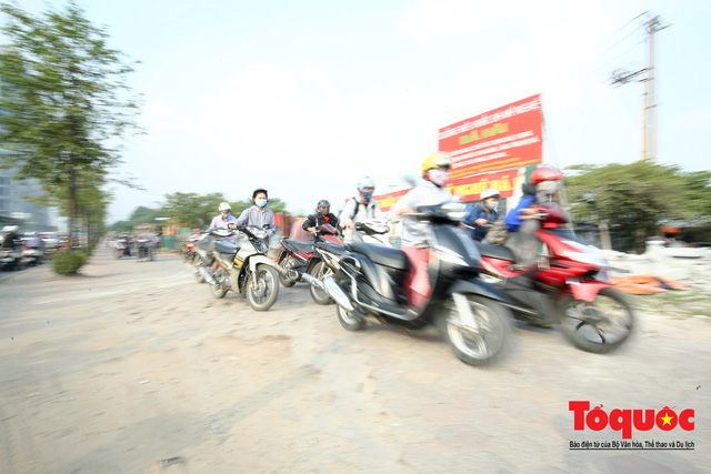 Né tắc đường, người dân Thủ đô không ngại tập thể dục buổi sáng bằng cách dắt xe máy hàng trăm mét - Ảnh 5.