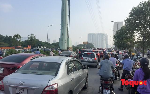 Né tắc đường, người dân Thủ đô không ngại tập thể dục buổi sáng bằng cách dắt xe máy hàng trăm mét - Ảnh 2.