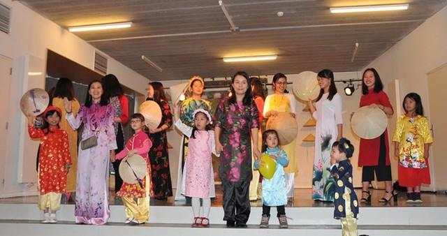 Thắm đượm tà áo dài Việt trong Ngày hội gia đình Việt Nam tại Bỉ - Ảnh 1.