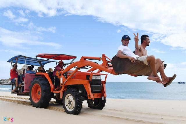 Ninh Thuận: Độc đáo với dịch vụ chở khách du lịch bằng máy cày ở Mũi Dinh - Ảnh 2.