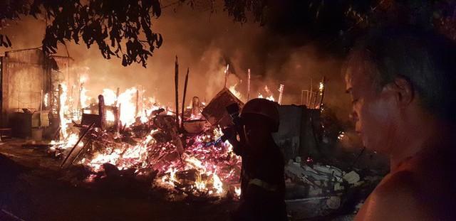 Khu lán trại gần dãy nhà trọ ở Sài Gòn cháy rực sáng cả bầu trời, hàng chục người tháo chạy tán loạn trong đêm - Ảnh 2.