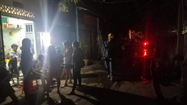 Khu lán trại gần dãy nhà trọ ở Sài Gòn cháy rực sáng cả bầu trời, hàng chục người tháo chạy tán loạn trong đêm - Ảnh 3.