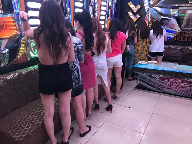 Quán karaoke ở trung tâm Sài Gòn có hàng chục chân dài chỉ tiếp khách Hàn Quốc - Ảnh 2.