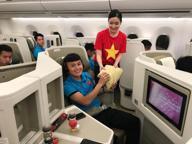 Đội tuyển Việt Nam được tặng món quà bất ngờ trên chuyến bay của Vietnam Airlines - Ảnh 2.