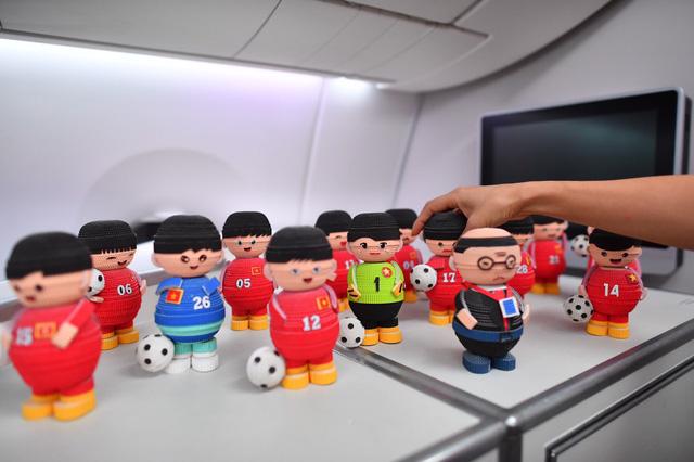 Đội tuyển Việt Nam được tặng món quà bất ngờ trên chuyến bay của Vietnam Airlines - Ảnh 3.