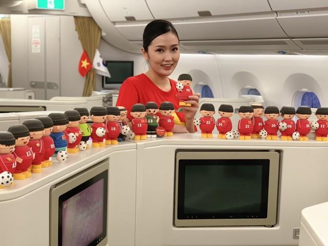 Đội tuyển Việt Nam được tặng món quà bất ngờ trên chuyến bay của Vietnam Airlines - Ảnh 7.