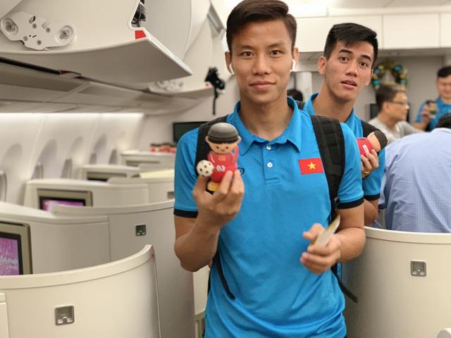 Đội tuyển Việt Nam được tặng món quà bất ngờ trên chuyến bay của Vietnam Airlines - Ảnh 8.
