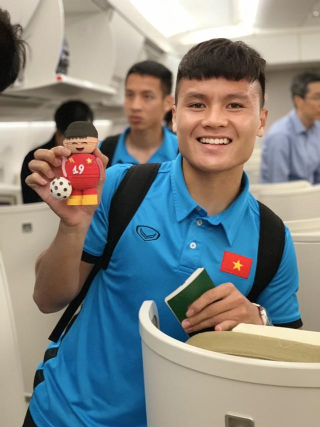 Đội tuyển Việt Nam được tặng món quà bất ngờ trên chuyến bay của Vietnam Airlines - Ảnh 10.