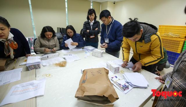 Hàng trăm bưu tá VNPost chuyển tin mừng AFF Cup đến tay người hâm mộ - Ảnh 5.