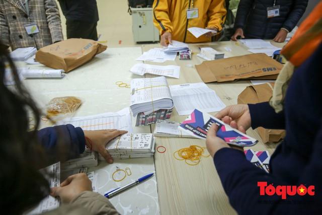 Hàng trăm bưu tá VNPost chuyển tin mừng AFF Cup đến tay người hâm mộ - Ảnh 2.
