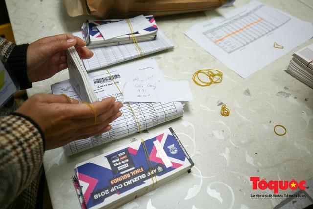 Hàng trăm bưu tá VNPost chuyển tin mừng AFF Cup đến tay người hâm mộ - Ảnh 3.