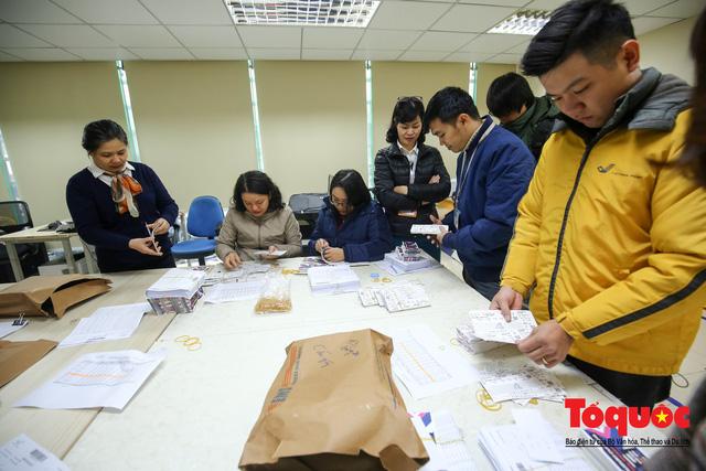 Hàng trăm bưu tá VNPost chuyển tin mừng AFF Cup đến tay người hâm mộ - Ảnh 1.