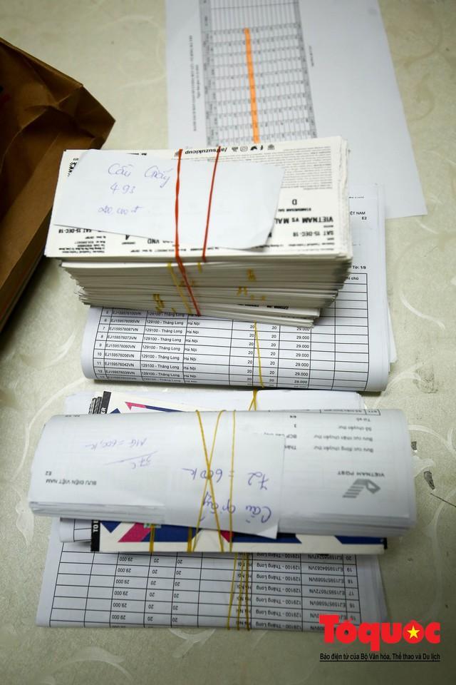 Hàng trăm bưu tá VNPost chuyển tin mừng AFF Cup đến tay người hâm mộ - Ảnh 4.