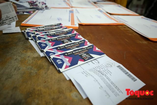Hàng trăm bưu tá VNPost chuyển tin mừng AFF Cup đến tay người hâm mộ - Ảnh 9.