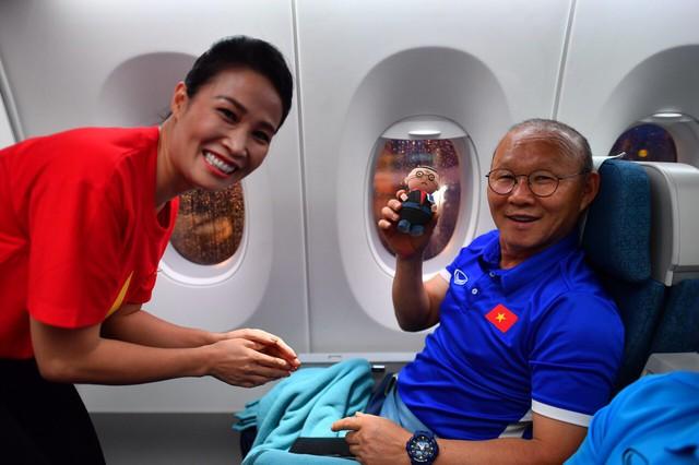 Đội tuyển Việt Nam được tặng món quà bất ngờ trên chuyến bay của Vietnam Airlines - Ảnh 11.