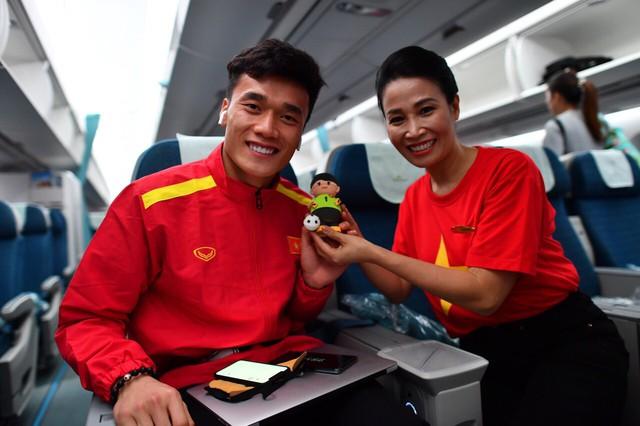 Đội tuyển Việt Nam được tặng món quà bất ngờ trên chuyến bay của Vietnam Airlines - Ảnh 12.