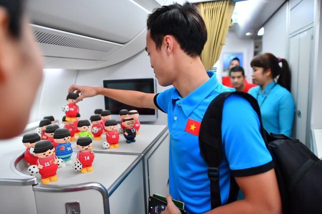 Đội tuyển Việt Nam được tặng món quà bất ngờ trên chuyến bay của Vietnam Airlines - Ảnh 13.