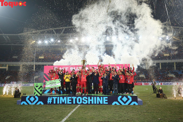 Hình ảnh khoảnh khắc nâng cúp vô địch sau 10 năm chờ đợi của Đội tuyển bóng đá Việt Nam - Ảnh 1.