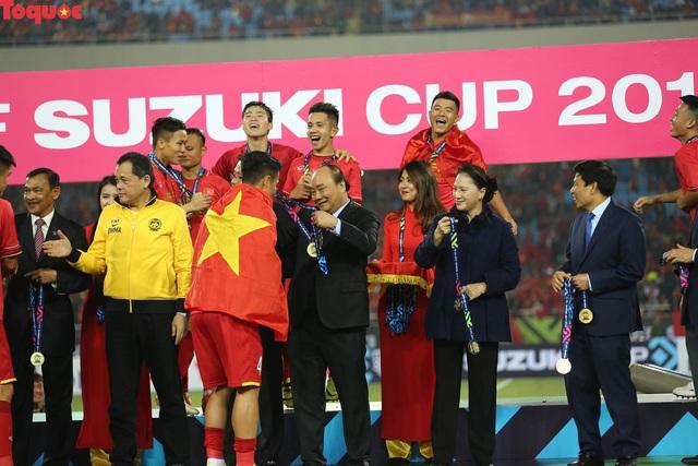 Hình ảnh khoảnh khắc nâng cúp vô địch sau 10 năm chờ đợi của Đội tuyển bóng đá Việt Nam - Ảnh 2.