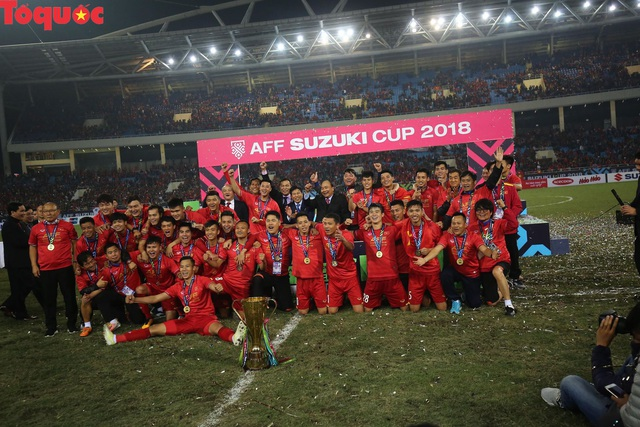 Hình ảnh khoảnh khắc nâng cúp vô địch sau 10 năm chờ đợi của Đội tuyển bóng đá Việt Nam - Ảnh 4.