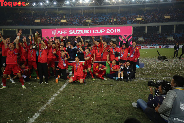 Hình ảnh khoảnh khắc nâng cúp vô địch sau 10 năm chờ đợi của Đội tuyển bóng đá Việt Nam - Ảnh 5.