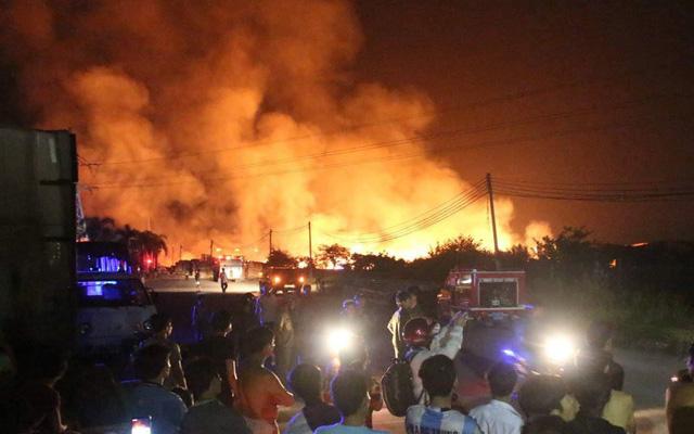 100 cảnh sát suốt đêm ứng cứu xưởng gỗ 1.000m2 bị biển lửa bao trùm - Ảnh 1.