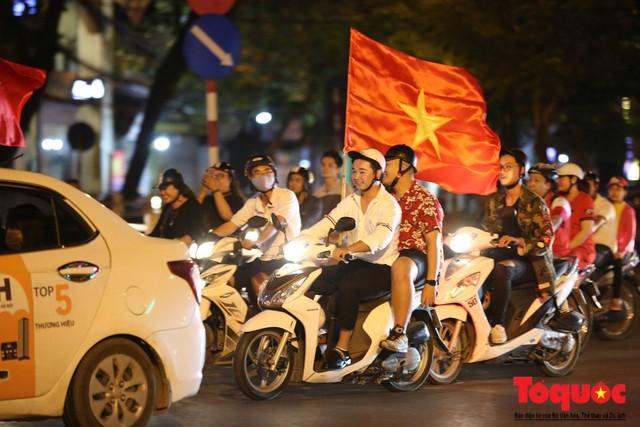 Người hâm mộ Việt Nam nhuộm đỏ các tuyến phố Hà Nội sau chiến thắng của tuyển Việt Nam tại AFF 2018 - Ảnh 1.