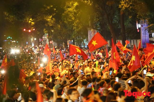 Người hâm mộ Việt Nam nhuộm đỏ các tuyến phố Hà Nội sau chiến thắng của tuyển Việt Nam tại AFF 2018 - Ảnh 2.