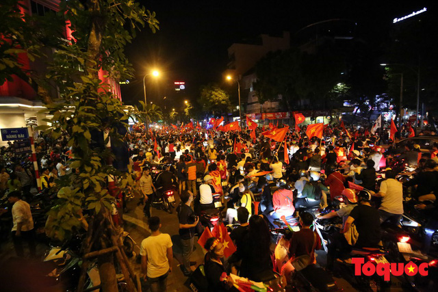 Người hâm mộ Việt Nam nhuộm đỏ các tuyến phố Hà Nội sau chiến thắng của tuyển Việt Nam tại AFF 2018 - Ảnh 3.